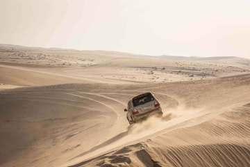 Ørkensafari er det pæne ord for en underholdende formiddag på bagsædet af en firehjulstrækker med en ferm chauffør bag rattet. Frokosten nydes i telte ved vandet.