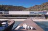 Udendørsarealet byder foruden poolområdet og privat strand også på bådebro med fortøjningsplads til flere både.