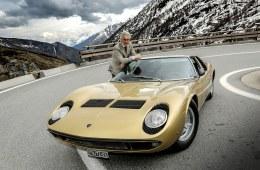 Med V12-motor bag kabinen og opbygning som en Le Mans-racer anses Miura som verdens første superbil. Her ses bilen sammen med designeren Marcello Gandini – 50 år efter fødslen!