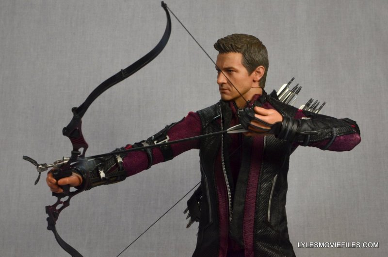 Hawkeye Hot Toys Avengers Age of Ultron - drawing back to aim