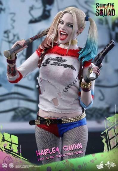 Hot Toys Harley Quinn Suicide Squad figure -gun bat closeup