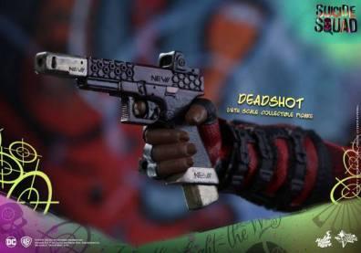 Hot Toys Suicide Squad Deadshot figure -gun closeup