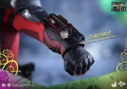 Hot Toys Suicide Squad Deadshot figure -gun mount closeup