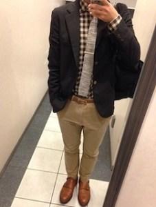 黒のテーラードジャケット×ベージュのチノパン