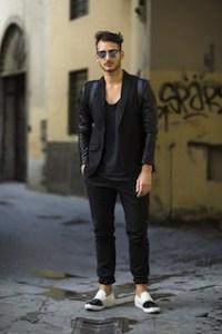 黒のテーラードジャケット×黒のカットソー×黒のパンツ