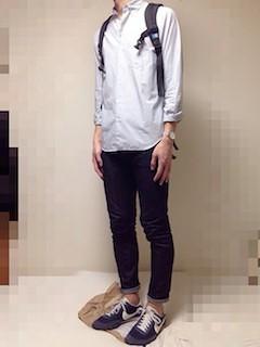 ネイビーのスニーカー×ネイビーのデニム×白のシャツ