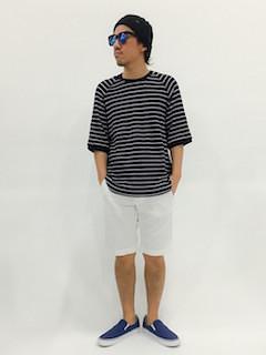 ボーダーTシャツ(黒)×白のハーフパンツ×青のスリッポンシューズ