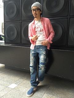 ピンクのシャツ×デニム×ニット帽
