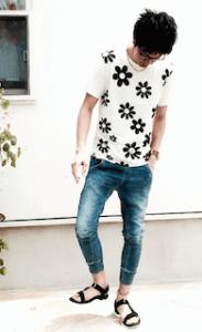 花柄のTシャツ×ジーパン×サンダル