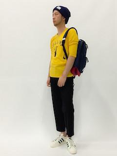 黄色のTシャツ×黒のニット帽×黒のパンツ