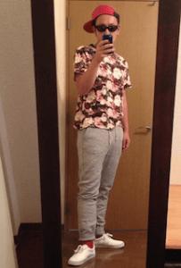 花柄のTシャツ×グレーのスウェット×白のスニーカー