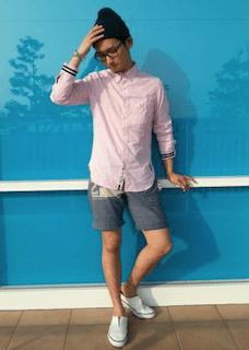ピンクのシャツ×ニット帽×ハーフパンツ