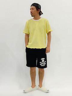 黄色のTシャツ×黒の短パン×白のスニーカー