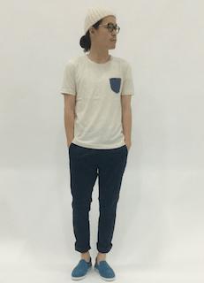 白のニット帽×ロールアップパンツ×ブルーのスリッポン