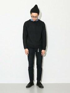 ネイビーのニット・セーター×デニムシャツ×黒スキニーパンツ