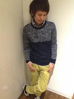 バイカラーのニット・セーター×黄色パンツ