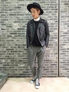 黒のライダースジャケット×白のシャツ×黒のニット×グレーチェックパンツ×黒スニーカー