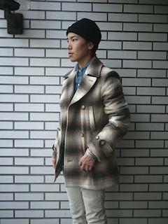 チェックのPコート×デニムシャツ×白のパンツ×ニット帽