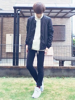 黒のMA1×白のタートルネック×黒のスキニーパンツ