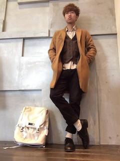 キャメルのチェスターコート×ベージュのシャツ×茶色のベスト×黒のパンツ×黒のブーツ