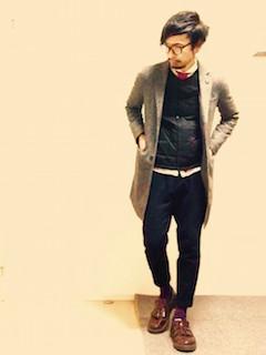 グレーのチェスターコート×白のシャツ×ネクタイ×インナーダウンベスト×黒のパンツ×茶色のローファー