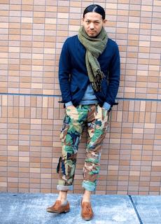 緑のマフラー×テーラードジャケット×迷彩柄のカーゴパンツ