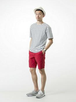 2ボートネックTシャツ×赤ハーフパンツ