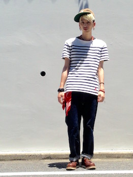 5ボートネックTシャツ×ジーンズ