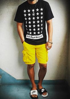 星柄のTシャツ×ハーフパンツ×サンダル