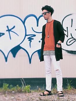 テラコッタのTシャツ×黒のカーディガン×白のパンツ×サンダル
