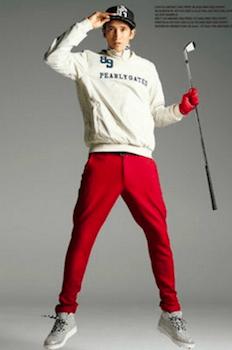 白のトップス×赤のパンツ×キャップ×靴のゴルフコーデ