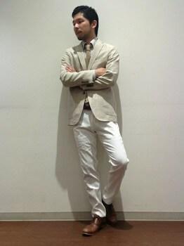 ウインドペン柄のアウター×シャツ×白のパンツ
