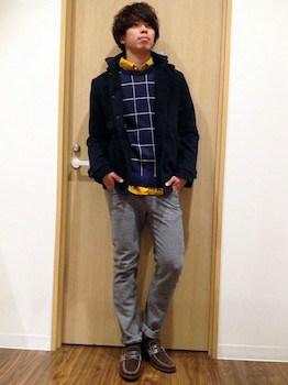 ネイビーのウインドペン柄のトップス×マスタードイエローのシャツ×グレーのパンツ