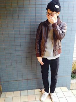 レザーブルゾン×グレーのニット×黒色のパンツ×黒色のニット帽