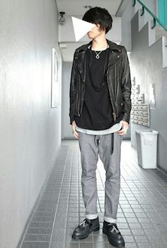 黒のタッセルローファー×ライダースジャケット×グレーのパンツ