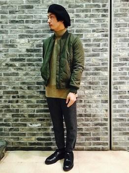タートルネック×MA1×グレーのパンツ×革靴