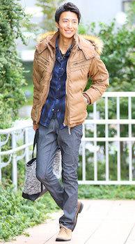 ダウンジャケットのメンズの着こなしのコツ1 (インナーとボトムスの色合いを同系色にする)