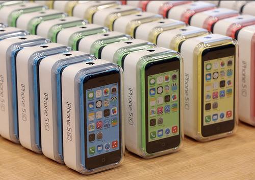iPhone 5C ra mắt cùng với iPhone 5S, có cấu hình giống iPhone 5 nhưng pin và camera tốt hơn.