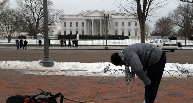 An unidentified Muslim man prays in front of the White House in Washington on February 2, 2010.       AFP PHOTO/Jewel SAMAD (Photo credit should read JEWEL SAMAD/AFP/Getty Images)