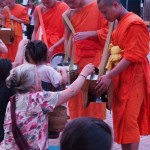 托鉢の列が目に鮮やかな古都,ルアンパバーン / Luang Prabang, hundreds of monks walk through the streets collecting alms.