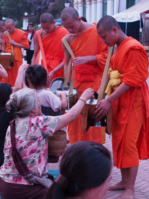 P42903471 托鉢の列が目に鮮やかな古都,ルアンパバーン / Luang Prabang, hundreds of monks walk through the streets collecting alms.