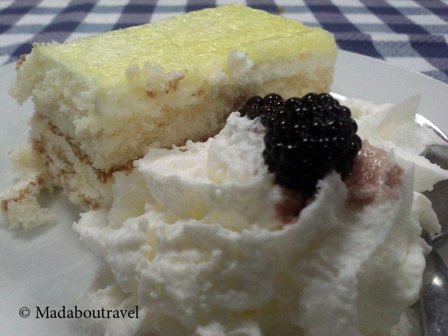 Bizcocho de limón con nata en el restaurant Els Castanyers, Sant Fost de Campsentelles