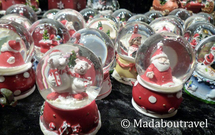 Bolas de nieve en el Mercado de Navidad alemán de Edimburgo
