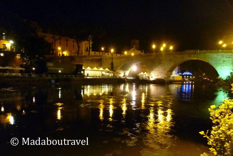 Orilla del río Tíber iluminada por la noche