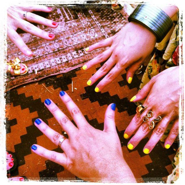 Taller de uñas en el Gypset Bar de La Roca Village