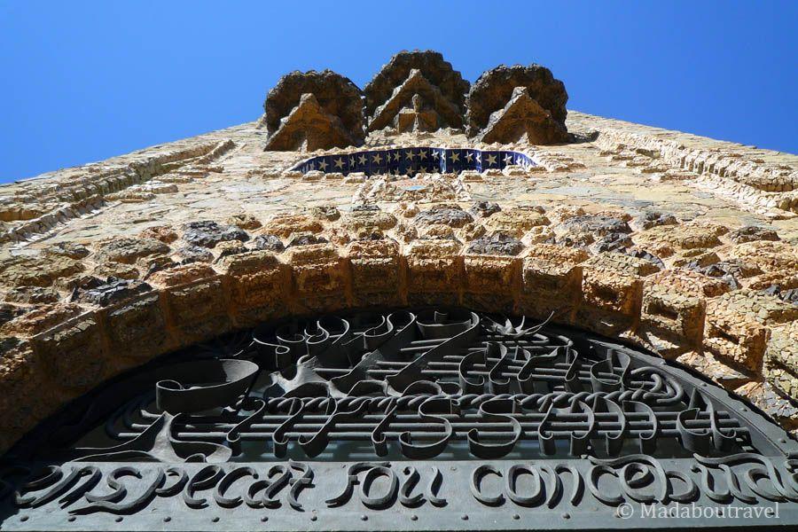 Fachada de la torre Bellesguard con la dedicatoria a la Virgen