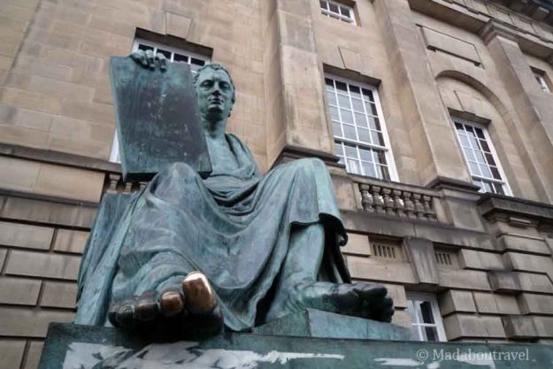 Estatua de David Hume en Edimburgo
