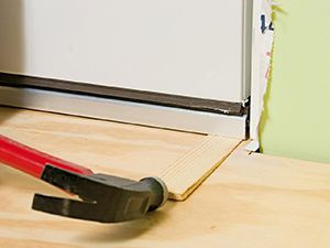 C mo instalar una puerta premontada para exteriores - Como ajustar una puerta de madera ...