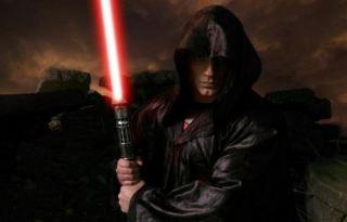 henry-cavill-light-saber