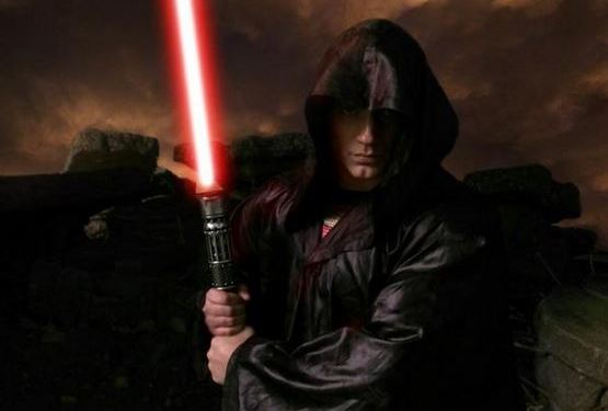 henry-cavill-light-saber